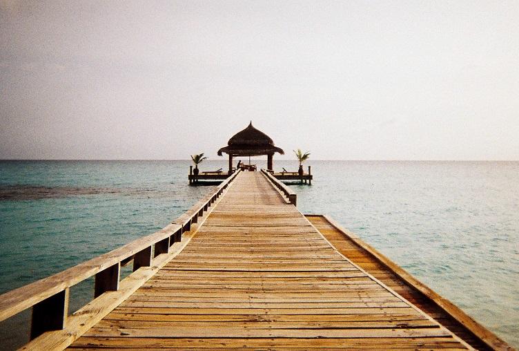 Unsplash_dock and ocean in maldives_resized