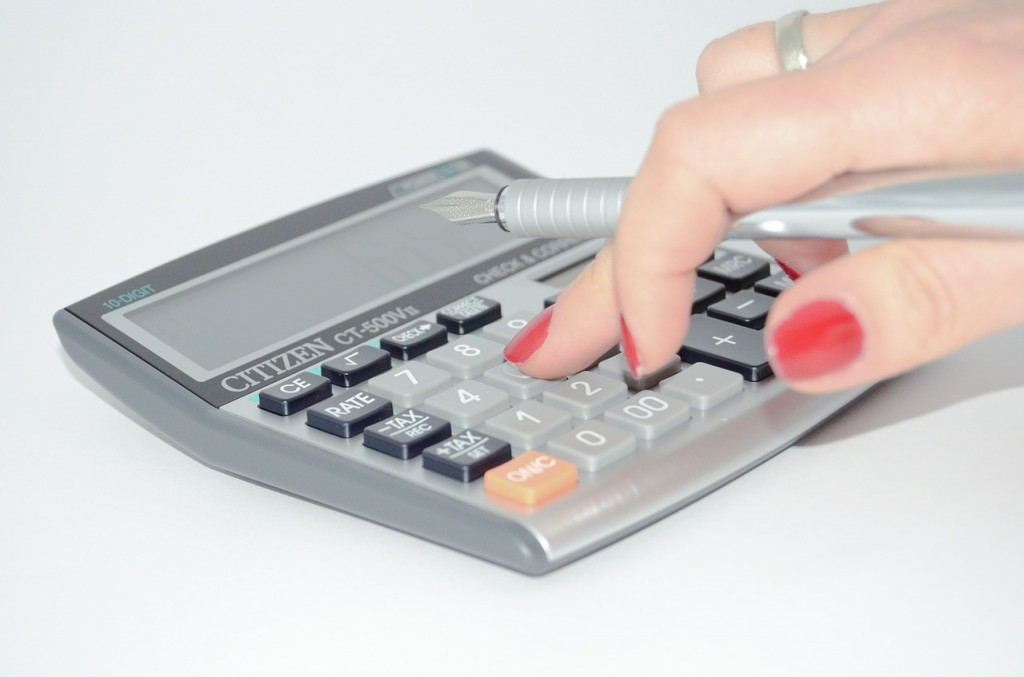 calculator-woman's hand_428294_1280_Pixabay
