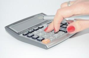 calculator-woman's hand_428294_1280_Pixabay